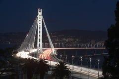 Período oriental da ponte da baía de San Francisco-Oakland na noite fotos de stock royalty free