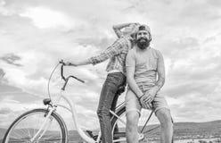 Períodos do arrendamento da bicicleta ou do aluguer da bicicleta para breve de tempo Ideias da data Pares com fundo romântico do  fotografia de stock royalty free