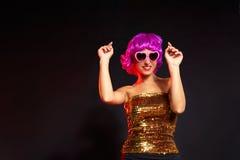 Perücken-Mädchentanzen des Spaßes purpurrotes mit Herzgläsern Stockfotos