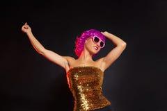 Perücken-Mädchentanzen des Spaßes purpurrotes mit Herzgläsern Stockfoto
