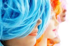 Perücken von verschiedenen Farben lizenzfreies stockbild