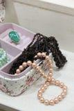 Perły i garnet kolia w różowym pudełku Obrazy Royalty Free