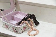 Perły i garnet kolia w różowym pudełku Obrazy Stock