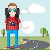Per Anhalter fahren des Tourismuskonzeptes Junger Tramper, der mit der großen Taschen- und Fotokamera nennt ein Auto reist Lizenzfreies Stockfoto