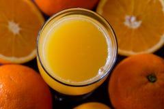 100 per cento del succo d'arancia naturale in un vetro Fotografie Stock Libere da Diritti