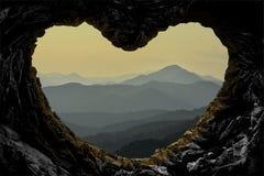 per esaminare la catena montuosa dalla caverna Fotografie Stock Libere da Diritti