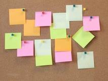 A per fare lista con le carte di Post-it sulla bacheca del sughero royalty illustrazione gratis