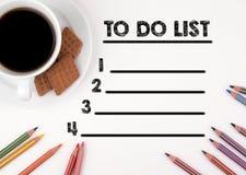 PER FARE lo scrittorio bianco della lista in bianco della LISTA con una matita e una tazza di caffè Immagini Stock