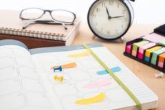 ` Per fare riunione del ` della lista sul taccuino con la puntina da disegno sull'ufficio dello scrittorio Fotografia Stock