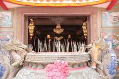 per fare uno spirito che offre a Guan Yu Shrine, Chonburi, Tailandia immagini stock libere da diritti