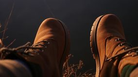 per godere dell'abbagliamento sull'acqua in scarpe rosse per dare dei calci ai vostri piedi, primo piano movimento lento, 1920x10 archivi video