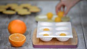 Per gradi Fabbricazione del dolce moderno della mousse con materiale da otturazione arancio archivi video