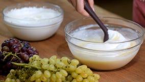 Per gradi Producendo mousse per il dolce sulla cucina stock footage