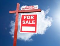 Per il segno di vendita per la casa davanti a cielo blu Immagine Stock Libera da Diritti