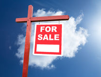 Per il segno di vendita per la casa davanti a cielo blu Fotografia Stock Libera da Diritti