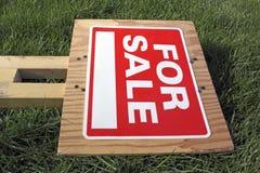 Per il segno di vendita su erba verde Fotografie Stock Libere da Diritti
