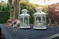 Per la decorazione tre supporti di candela sulla tavola nel giardino Fotografia Stock Libera da Diritti