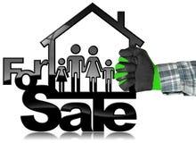 Per la vendita - House di modello con una famiglia Fotografie Stock Libere da Diritti