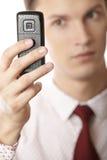 Per mezzo del telefono delle cellule Fotografie Stock Libere da Diritti
