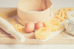 per preparare gli strumenti e gli ingredienti della pasta Immagini Stock