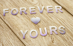 Per sempre il vostro sulla carta da parati di legno del fondo Fotografie Stock