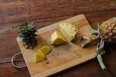 per tagliare ananas su un bordo di legno, pulizia dell'ananas, ananas della frutta Immagini Stock Libere da Diritti