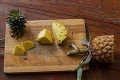 per tagliare ananas su un bordo di legno, pulizia dell'ananas, ananas della frutta Fotografia Stock