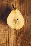 Pera amarela cortada na tabela de madeira Fotografia de Stock