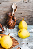 Pera amarilla fresca en un tablero de madera, palillos de canela, aún vida Fotografía de archivo