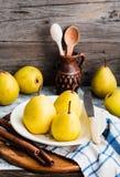 Pera amarilla fresca en un tablero de madera, palillos de canela, aún vida Fotos de archivo libres de regalías