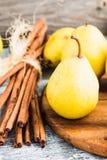 Pera amarilla fresca en un tablero de madera, palillos de canela, primer Imagen de archivo