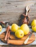 Pera amarilla fresca en un tablero de madera, palillos de canela, teñiendo Imágenes de archivo libres de regalías