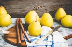 Pera amarilla fresca en un tablero de madera, palillos de canela, teñiendo Fotos de archivo libres de regalías