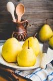 Pera amarilla fresca en un tablero de madera, palillos de canela, teñiendo Fotografía de archivo libre de regalías