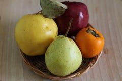 Pera, caqui, maçã e marmelo maduros imagens de stock royalty free