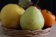 Pera, caqui, maçã e marmelo maduros fotos de stock
