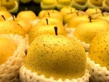 Pera chinesa na espuma na prateleira no supermercado fotos de stock
