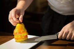 Pera con miele Dessert saporito con miele e la pera sulla linguetta di legno Immagine Stock