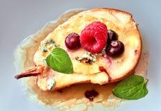 Pera cozida com queijo azul e açúcar, withraspberry servido, azuis imagem de stock