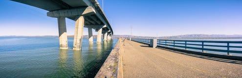 Pera da pesca ao lado da ponte de Dumbarton que conecta Fremont área a Menlo Park, San Francisco Bay, Califórnia fotografia de stock royalty free