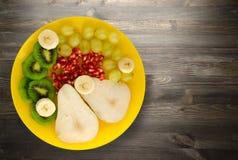 Pera del preparato della frutta, kiwi, uva, banana, melograno su un di legno Immagine Stock