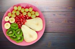 Pera del preparato della frutta, kiwi, uva, banana, melograno su un di legno Fotografia Stock Libera da Diritti