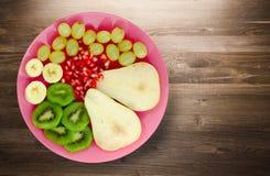 Pera del preparato della frutta, kiwi, uva, banana, melograno su un di legno Fotografia Stock