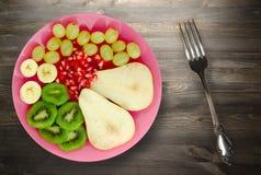 Pera del preparato della frutta, kiwi, uva, banana, melograno su un di legno Fotografie Stock