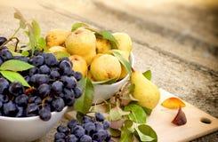 Pera dolce, pera organica ed uva Immagine Stock