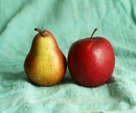 Pera e maçã no pano azul Fotografia de Stock Royalty Free