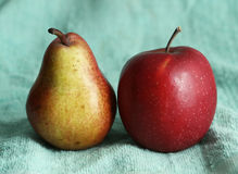 Pera e maçã no pano azul como uma composição da arte Fotos de Stock