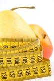 Pera e mela con nastro adesivo di misurazione Fotografia Stock Libera da Diritti