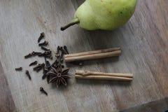 Pera e spezie sul tagliere di legno Immagine Stock