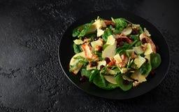 Pera, ensalada de pollo con el queso cheddar, arándano y nueces Alimento sano Ennegrezca el fondo de piedra imagenes de archivo